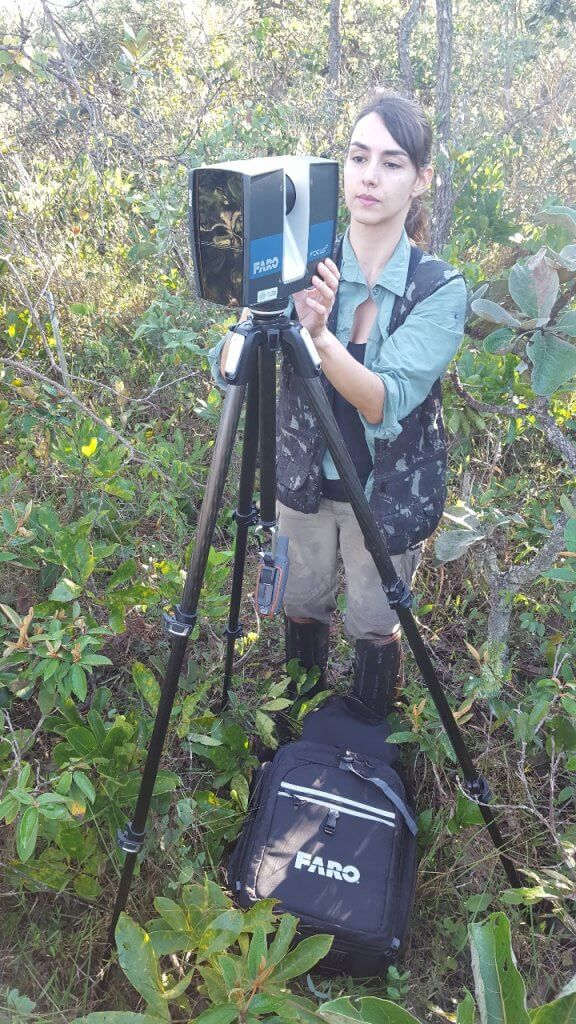 Pesquisadora do IPAM, Bárbara Zimbres, utilizando o LiDAR para estimar a biomassa no Cerrado. Foto: Divulgação/IPAM